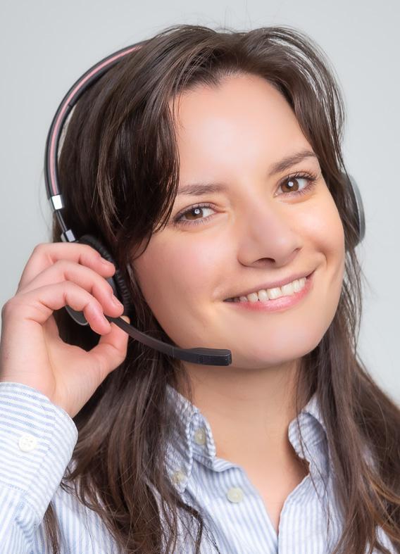 Amalie besvarer telefonen på hverdage fra kl. 09.00-15.00